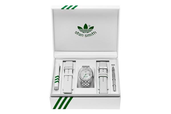 adidas Originals rend hommage à la célèbre Stan Smith en lançant une montre en édition limitée. Ce garde-temps avec son boîtier en acier inoxydable reprends ...