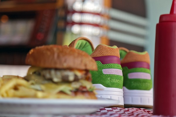 end-x-saucony-shadow-5000-burger-preview-01