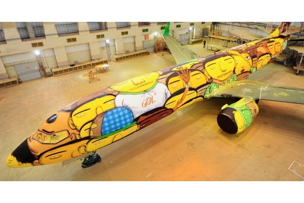 os-gemeos-spray-paint-the-brazillian-national-teams-airplane-01