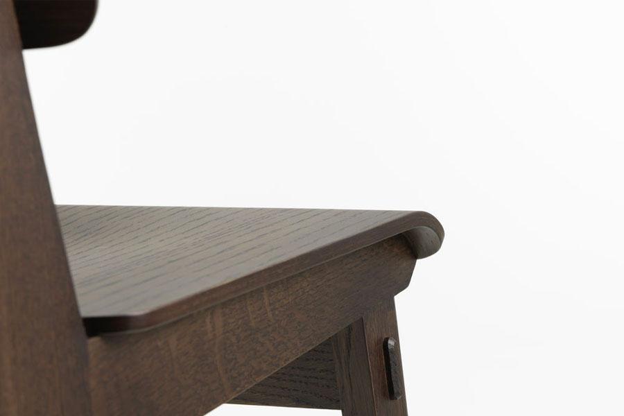 Vitra réédite la Chaise Tout Bois de Jean Prouvé