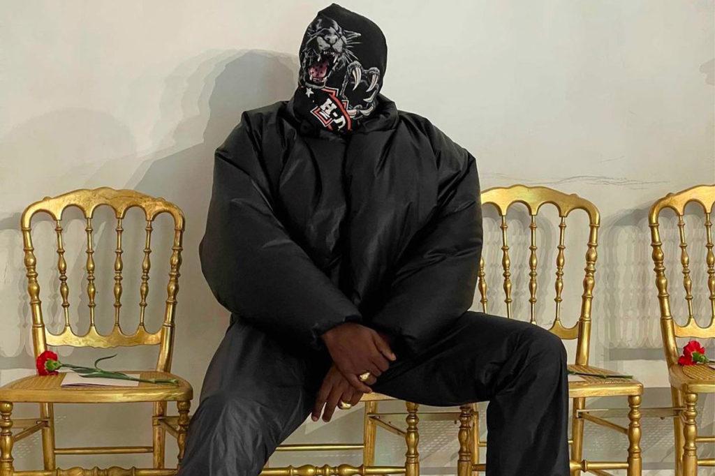 Kanye West affiche en avant-première une nouvelle couleur du blouson YEEZY X GAP au défilé haute couture de Balenciaga